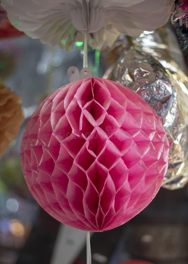 Ornement coloré de papier de sphère Accrocher dans la couleur rose et avoir des modèles images libres de droits