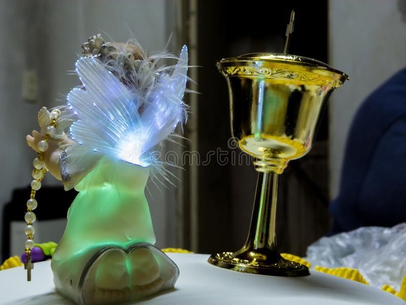 Ornement d'ange iluminated, avec la tasse d'or photo stock