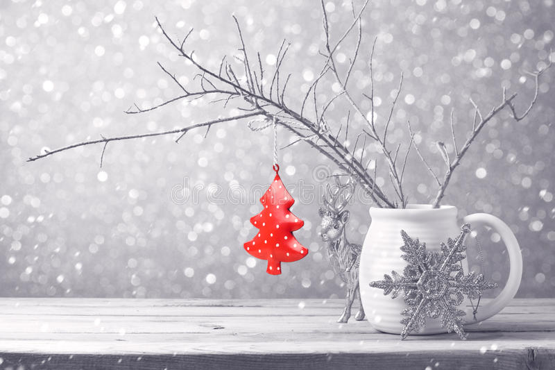 Ornement d'arbre de Noël accrochant au-dessus du fond de bokeh photos libres de droits