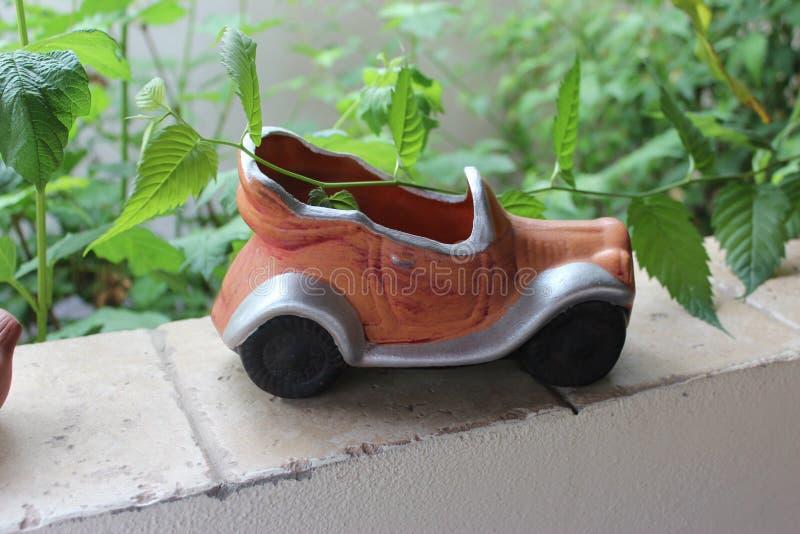 Ornement d'argile sous forme de voiture dans le jardin image libre de droits