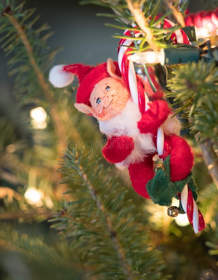 Ornement d'Elf de feutre avec la canne de sucrerie photo libre de droits