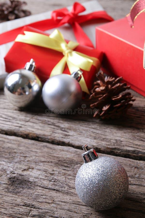 Ornement de boule de Noël blanc sur la surface en bois - série 2 images stock