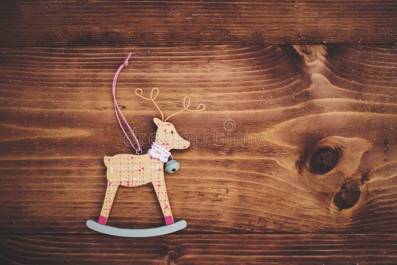 Ornement de cerfs communs de Noël sur le fond en bois photo libre de droits