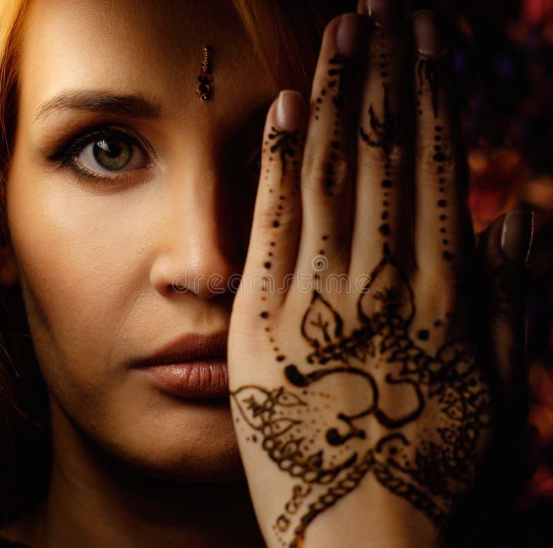Ornement de henné de mehndi de femme images libres de droits