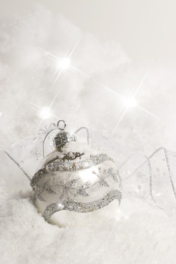 Ornement de Noël dans la neige - verticale photo stock
