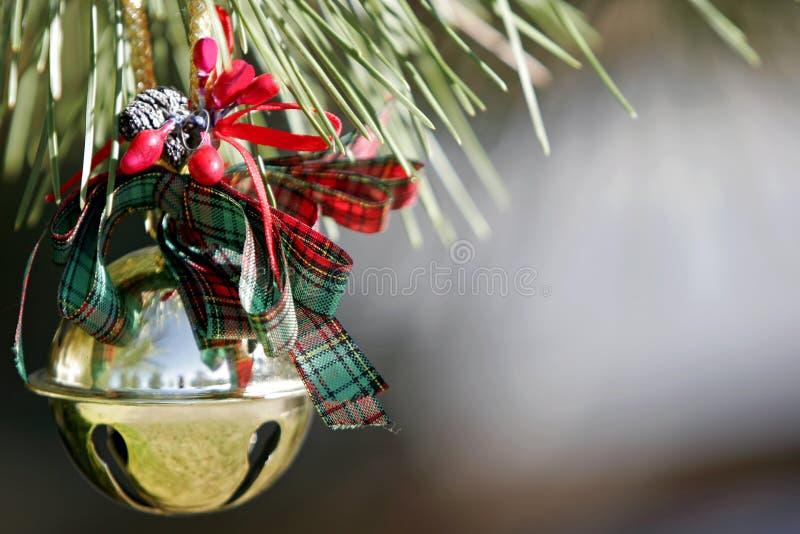 Ornement de Noël sur un arbre de pin photo libre de droits