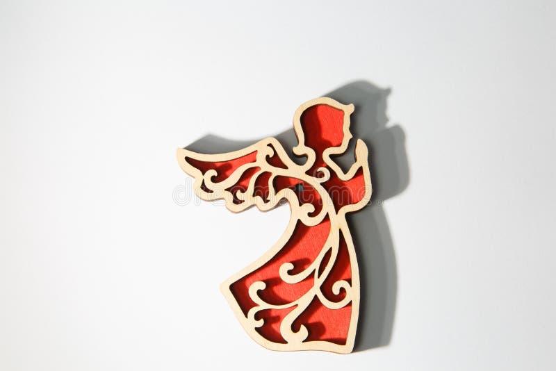 Ornement en bois rouge d'ange de Noël sur le blanc photos libres de droits
