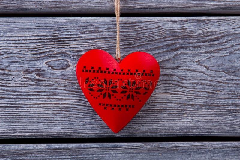 Ornement en forme de coeur en bois rouge photo libre de droits