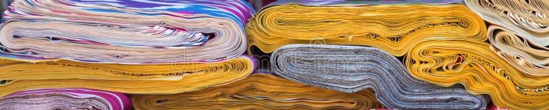 Ornement Ikat Khan Atlas Fond du tissu en soie avec les ornements orientaux soie d'Ouzbékistan avec l'ornement photos libres de droits