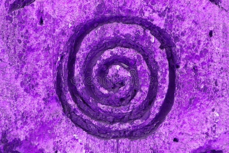 Ornement pourpre de spirale de vortex de vent sur la texture de mur photos libres de droits