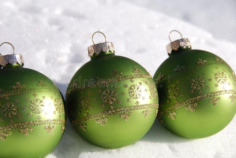 Ornement vert de Noël sur la neige photo stock