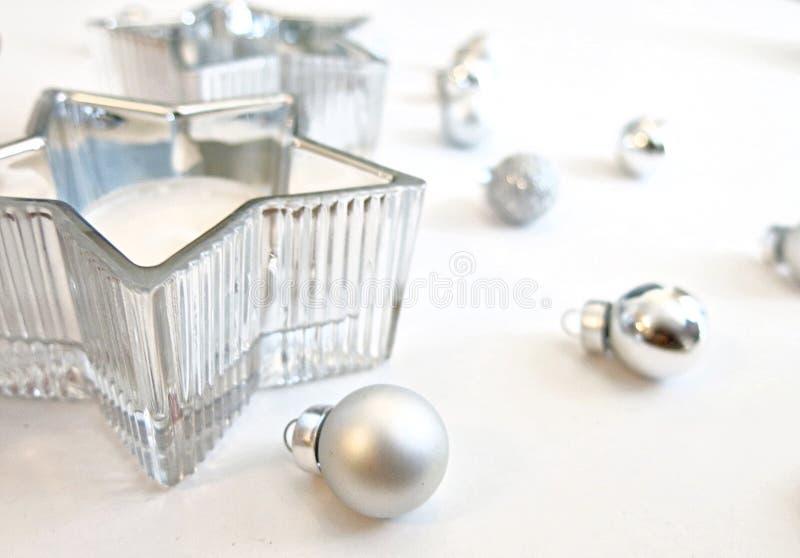 Ornements argentés d'image de Noël et décoration argentée de bougie d'étoile image stock