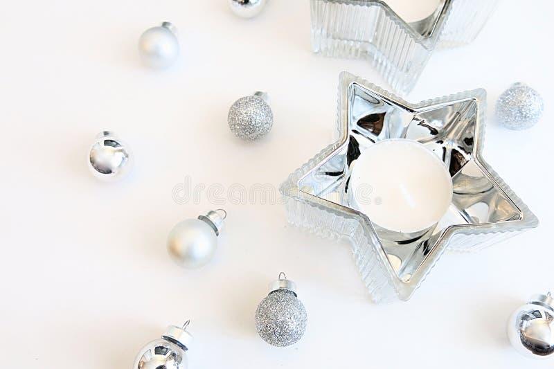 Ornements argentés d'image de Noël et décoration argentée de bougie d'étoile images stock
