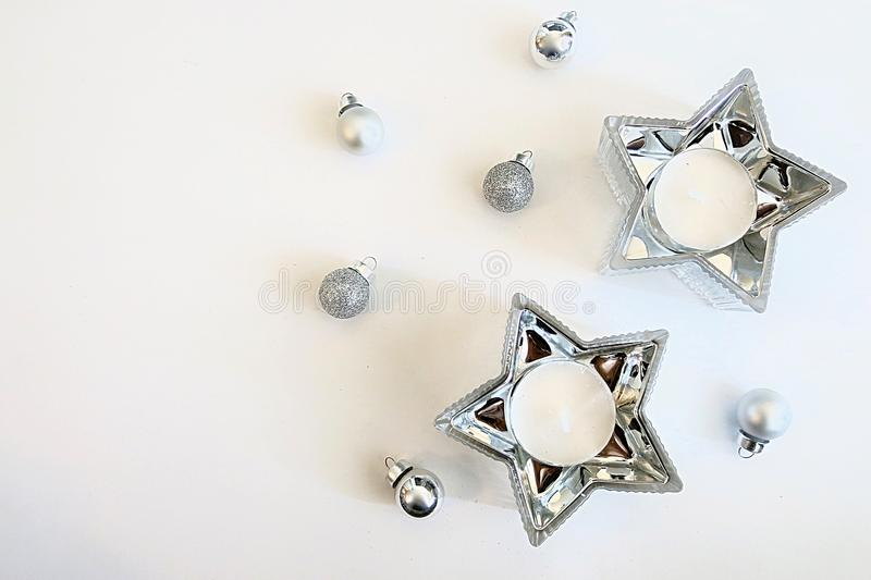 Ornements argentés d'image de Noël et décoration argentée de bougie d'étoile image libre de droits
