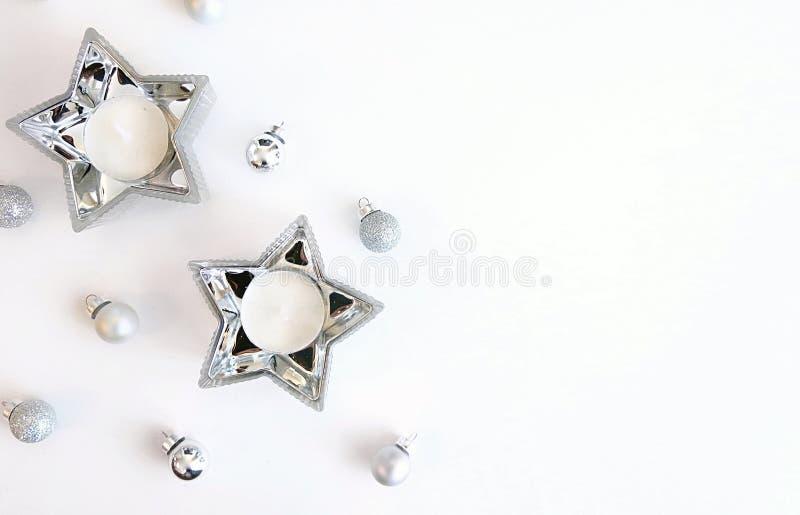 Ornements argentés d'image de Noël et décoration argentée de bougie d'étoile photos stock