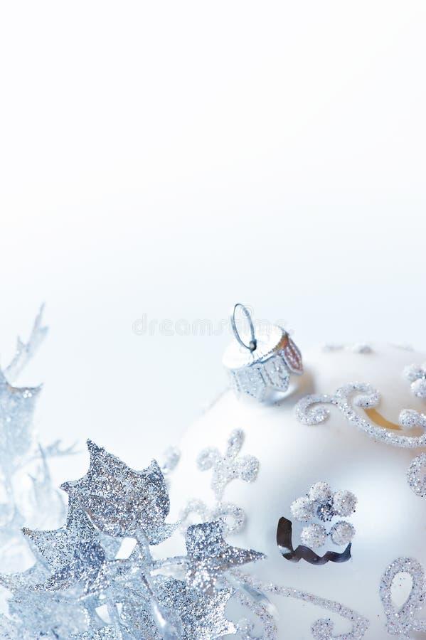 Ornements argentés de Noël sur le fond blanc photos libres de droits