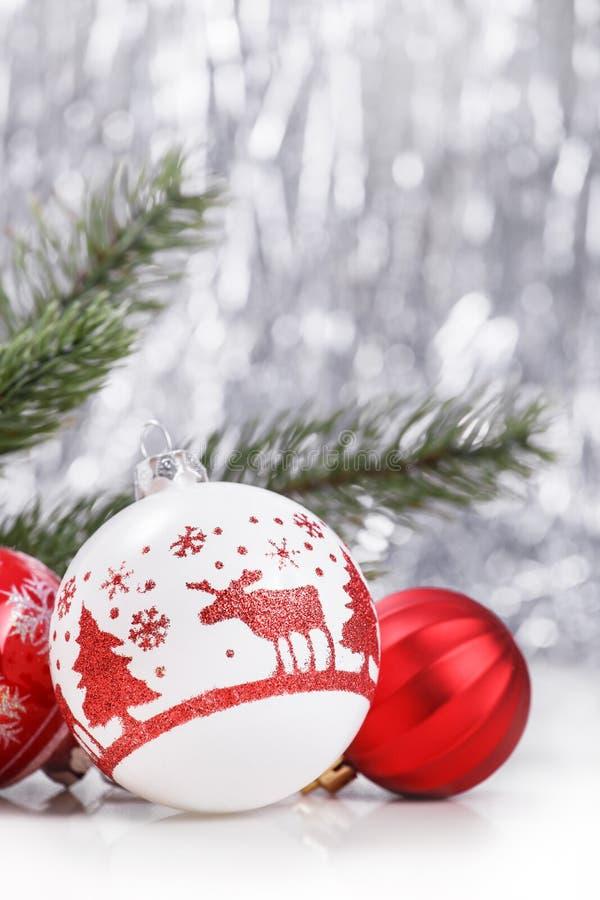 Ornements blancs et rouges de Noël sur le fond de bokeh de scintillement avec l'espace pour le texte Noël et bonne année photo libre de droits
