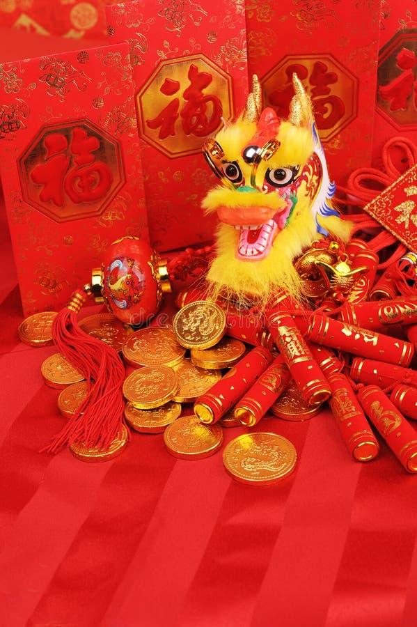 Ornements chinois de nouvelle année--Dragon traditionnel de danse, pièce de monnaie d'or image stock