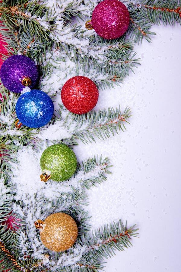 Ornements colorés de bille de Noël avec l'arbre de pin photo stock