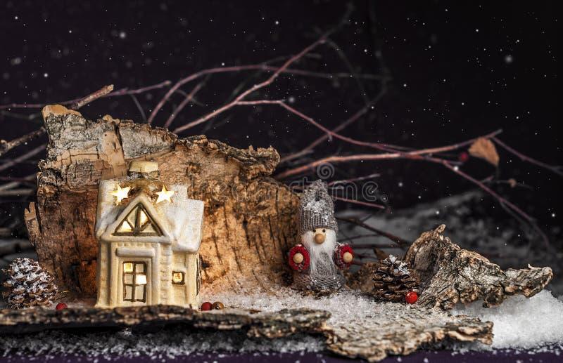 Ornements décoratifs de Noël, peu de maison, gnome sur un pourpre images libres de droits