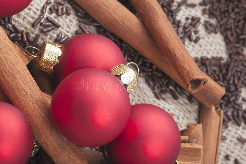 Ornements d'arbre de Noël et bâtons de cannelle image stock