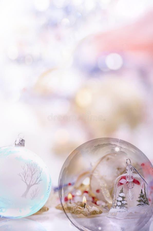 Ornements d'or lumineux de Noël images stock