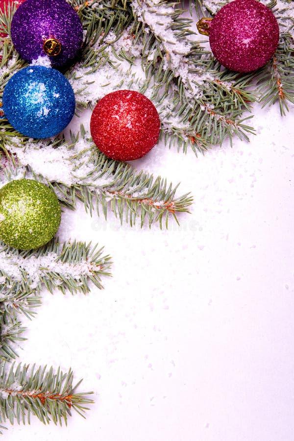 Ornements de bille de Noël avec le pin sur la neige photographie stock