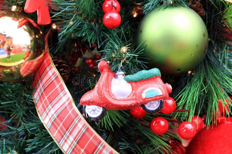 Ornements de jouets de Noël, guirlande, ruban photographie stock libre de droits