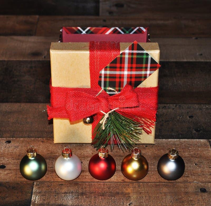 Ornements de Noël avec le boîte-cadeau derrière image stock