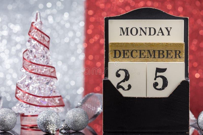 Ornements de Noël avec le calendrier en bois photos stock