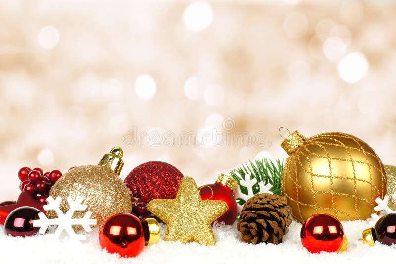 Ornements de Noël avec le fond de scintillement photo stock