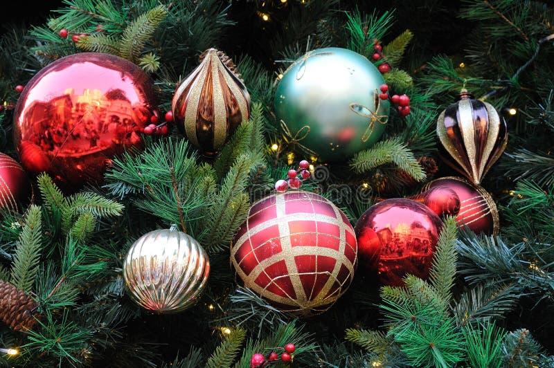 Ornements de Noël sur l'arbre image stock