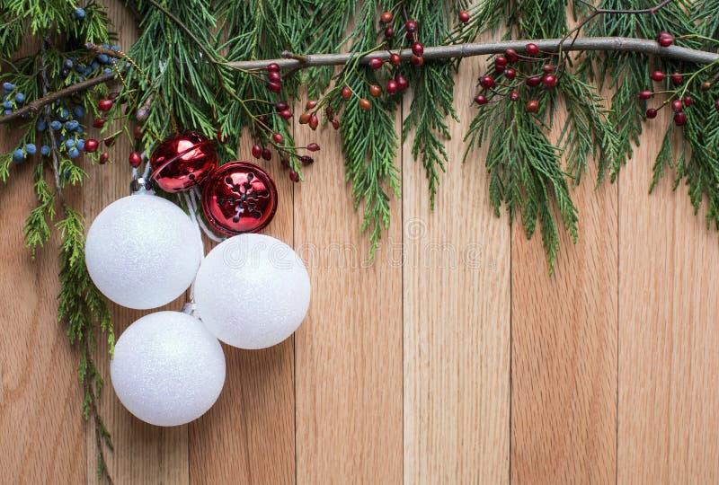 Ornements de Noël sur le fond en bois dur avec le cadre supérieur vert photographie stock