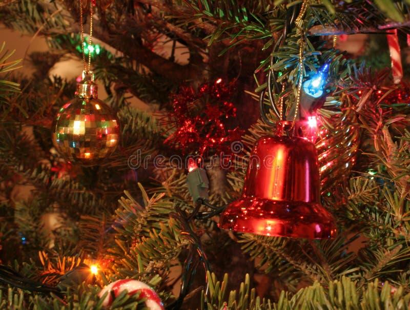 Ornements de Noël sur un arbre images stock