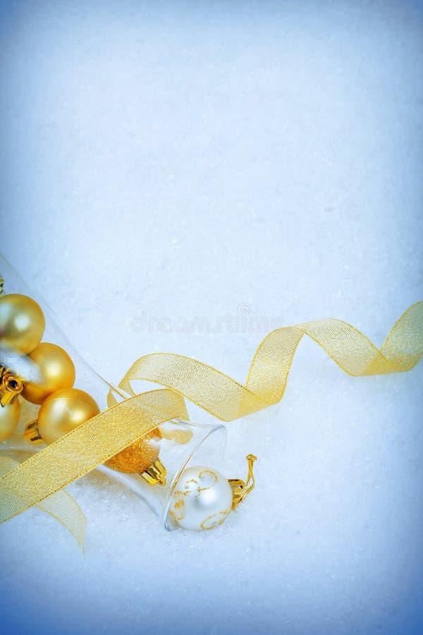 Ornements de Noël sur une neige photographie stock libre de droits