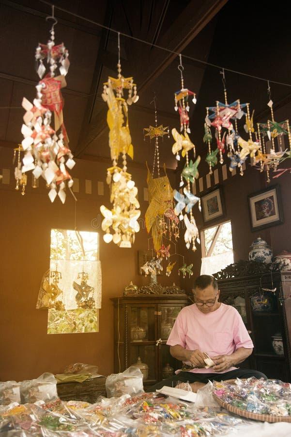 Ornements en forme de poissons thaïlandais traditionnels faits en palmette photo stock