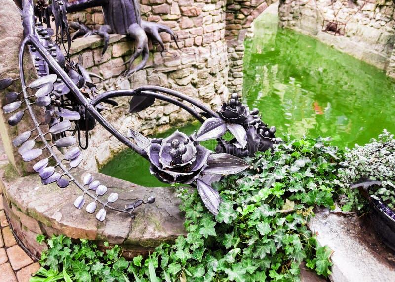 Ornements en parc d'un grand nombre de roses noires en métal images libres de droits