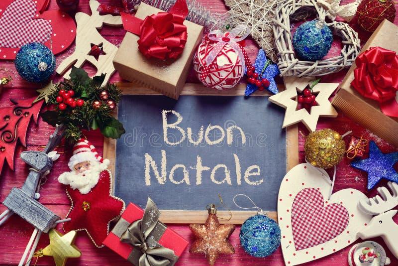 Ornements et natale de buon des textes, Joyeux Noël en italien photographie stock