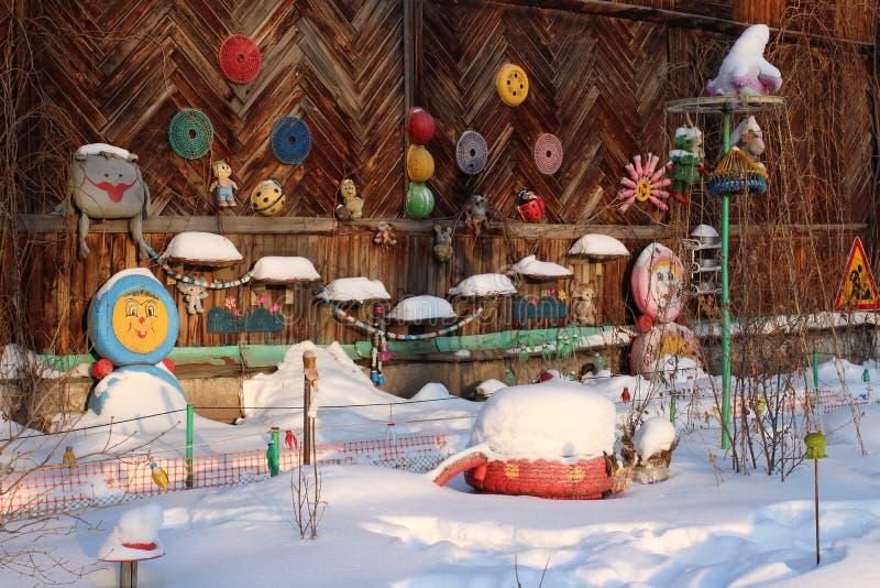 Ornements faits maison des moyens improvisés sur le mur d'une vieille des jouets accrochants maison en bois photographie stock libre de droits