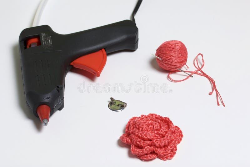 Ornements faits par propres mains Sur la table se trouve une arme à feu adhésive, un embrouillement des fils, une barrette et une image libre de droits