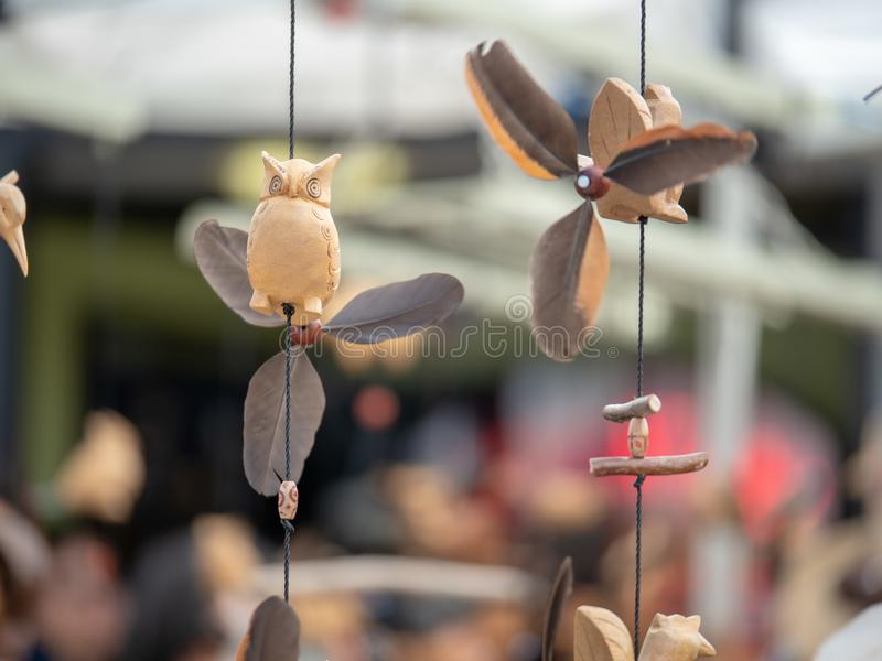 Ornements japonais en bois de hibou et d'oiseau de ronflement accrochant dehors images stock