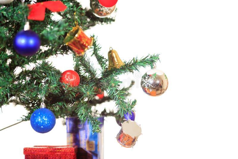 Ornements sur l'arbre de Noël d'isolement illustration stock