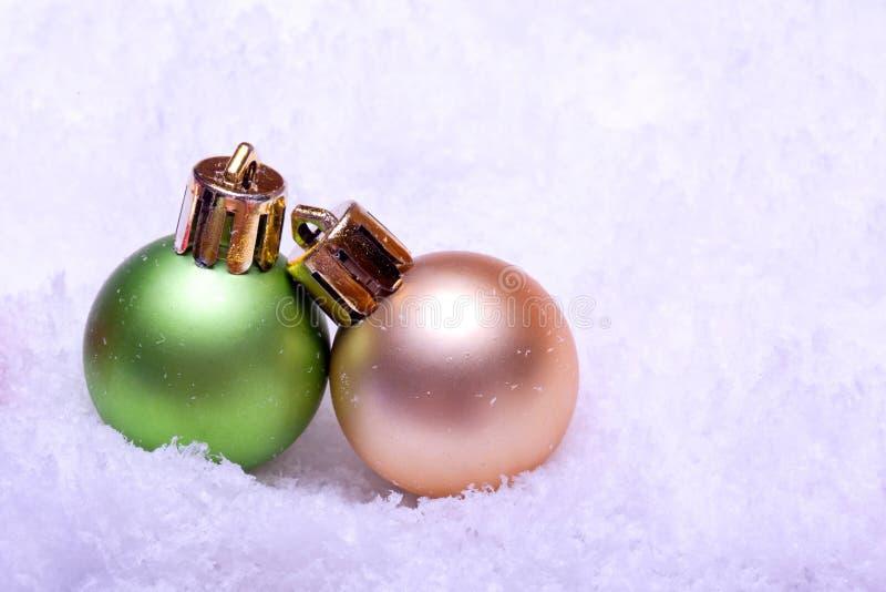Ornements verts et d'or de bille de Noël photographie stock libre de droits