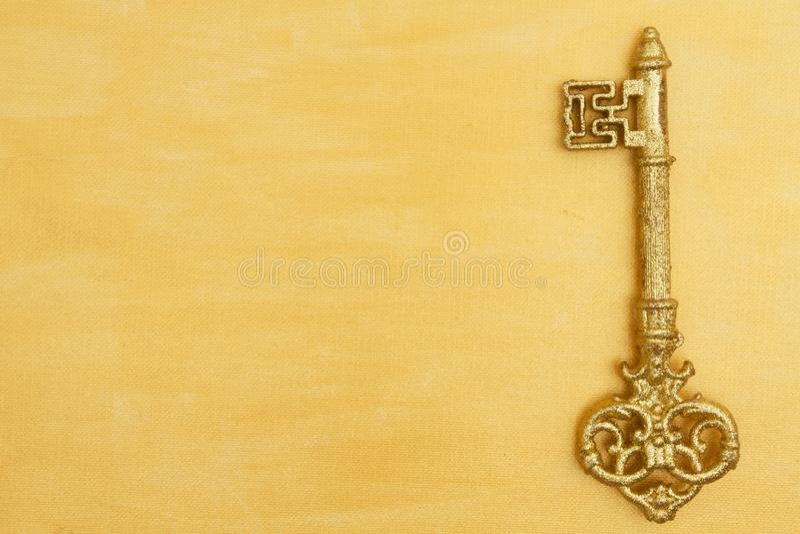Oro apenado pintado a mano con el fondo dominante de oro imagen de archivo libre de regalías