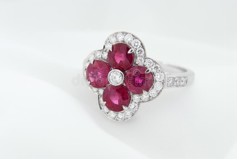 Oro bianco Ring With Rubies And Diamonds su fondo bianco molle immagini stock
