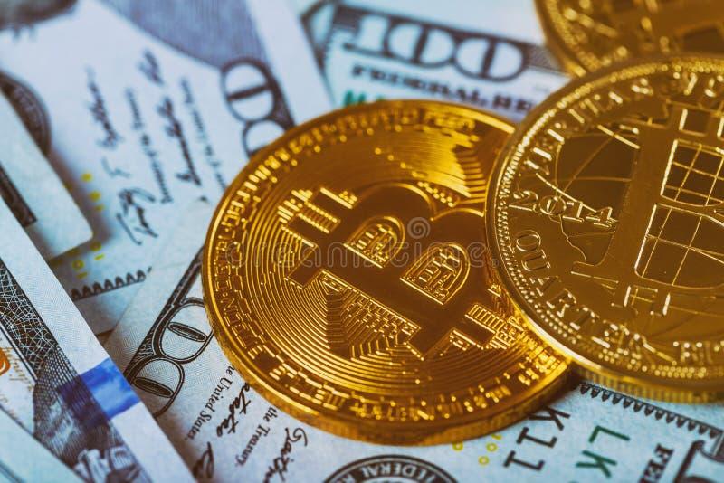 Oro Bitcoin en cientos dólares de cuentas Bitcoin en nosotros concepto del intercambio de dinero electrónico de los billetes de d fotos de archivo