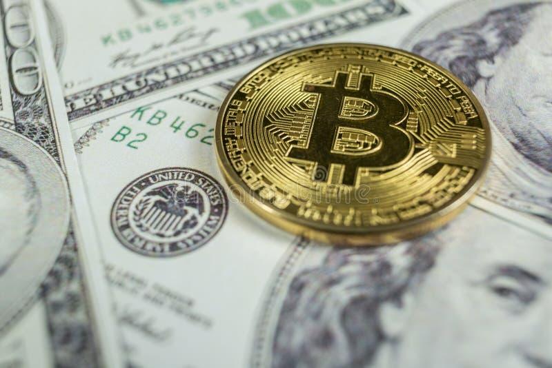 Oro Bitcoin en cientos dólares de cuentas Primer, tiro macro fotografía de archivo