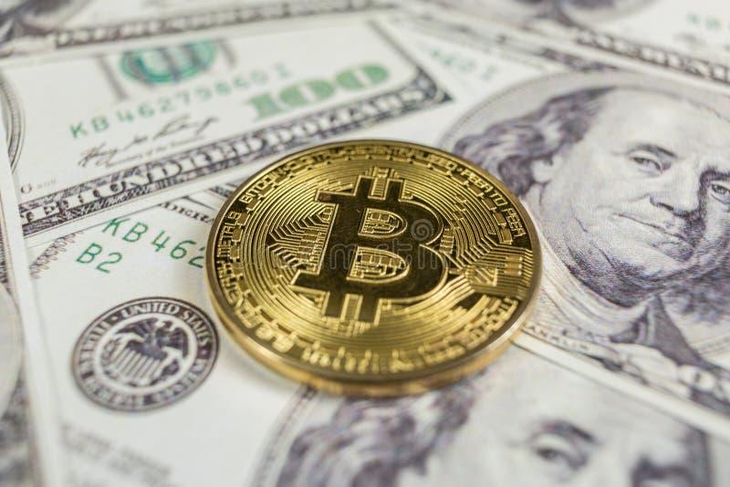 Oro Bitcoin en cientos dólares de cuentas Primer, tiro macro fotografía de archivo libre de regalías