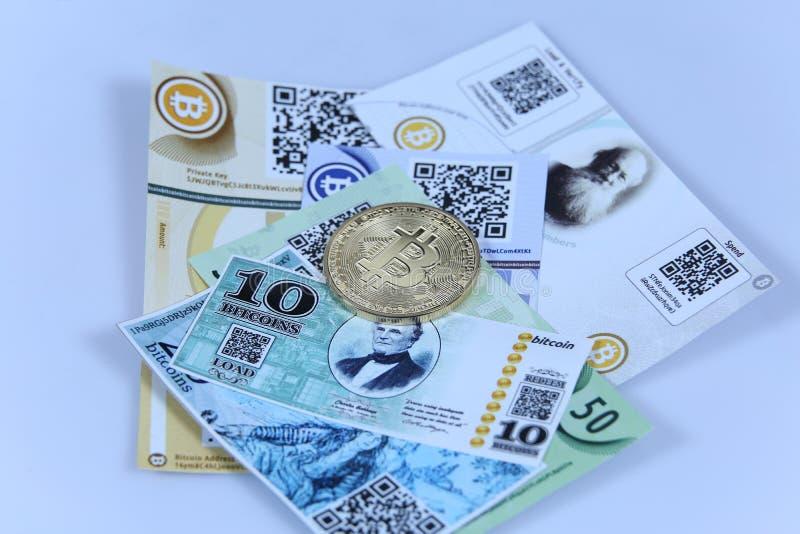 Oro Bitcoin y billetes de banco foto de archivo