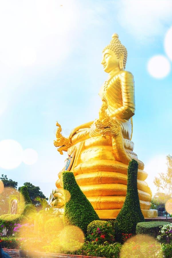 Oro Buda grande de la estatua en la alta cumbre Phuket foto de archivo